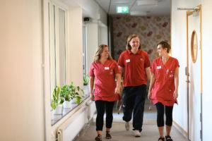 Tre av de anställda på A&O går i en korridor