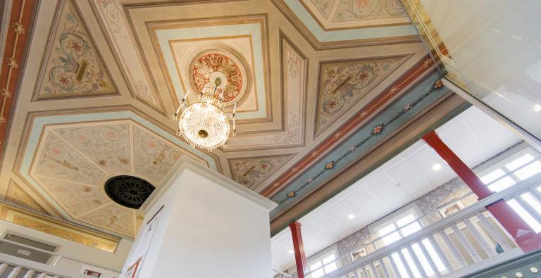 Ett vackert dekorerat tak med en kristallkrona